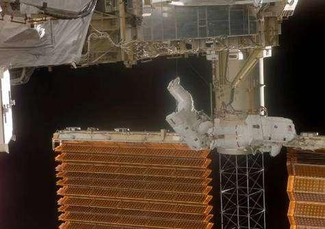 Comme le montre cette image, les panneaux solaires sont réellement de très grandes structures dont la manipulation reste malaisée. Crédit NASA.