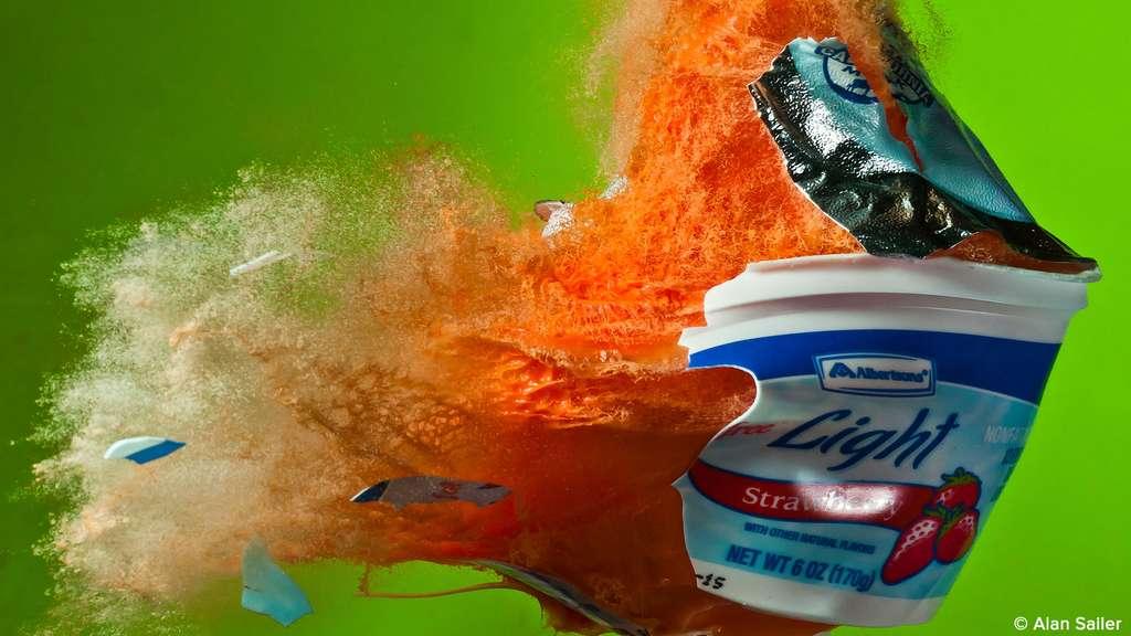 Au ralenti : feu d'artifice de yaourt aux fraises
