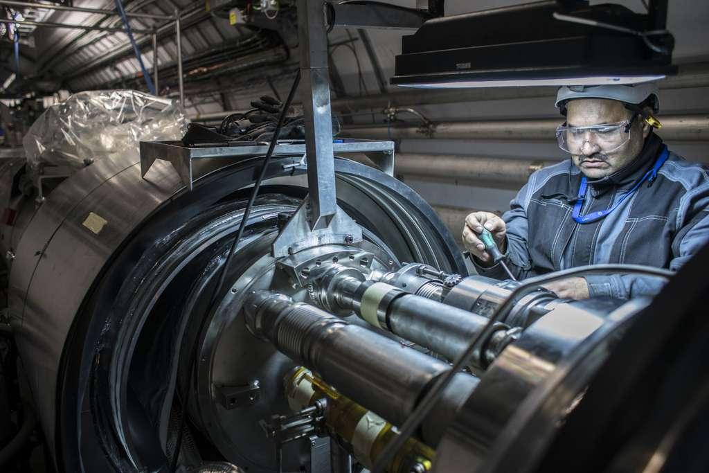 Des supraconducteurs capables de supporter des champs magnétiques intenses sont activement recherchés. On voit ici un élément du LHC en cours de modification. C'est l'un de ses aimants supraconducteurs à base de niobium-titane, un supraconducteur de type II. © Anna Pantelia, Cern