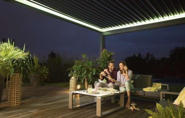 Gérer l'orientation des lames ou l'éclairage LED intégré à la structure du bout des doigts. Une option domotique qui permet de profiter pleinement d'une pergola bioclimatique. © Somfy