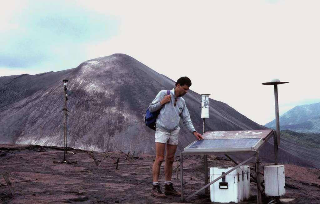 Une station de surveillance volcanique au pied du Yasour, au Vanuatu. De gauche à droite : un pluviomètre, un séismographe et une sonde thermique. Un panneau solaire permet d'alimenter les batteries. © J.-M. Bardintzeff, tous droits réservés, reproduction interdite