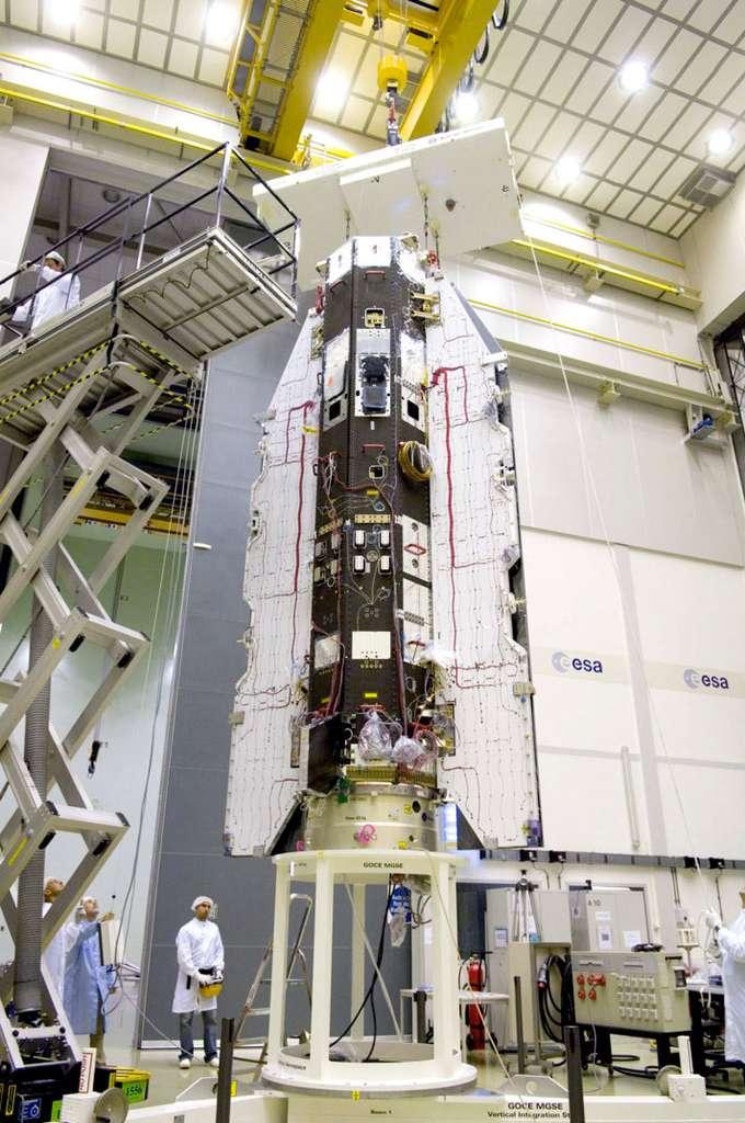 Goce a été réalisé par un consortium européen. Astrium a fabriqué la plateforme et Thales Alenia Space, en plus de la maîtrise d'œuvre satellite, a fourni le gradiomètre, l'instrument principal de la mission, en étroite collaboration avec l'Onera. La mission se poursuivra jusqu'à fin 2012. © Esa