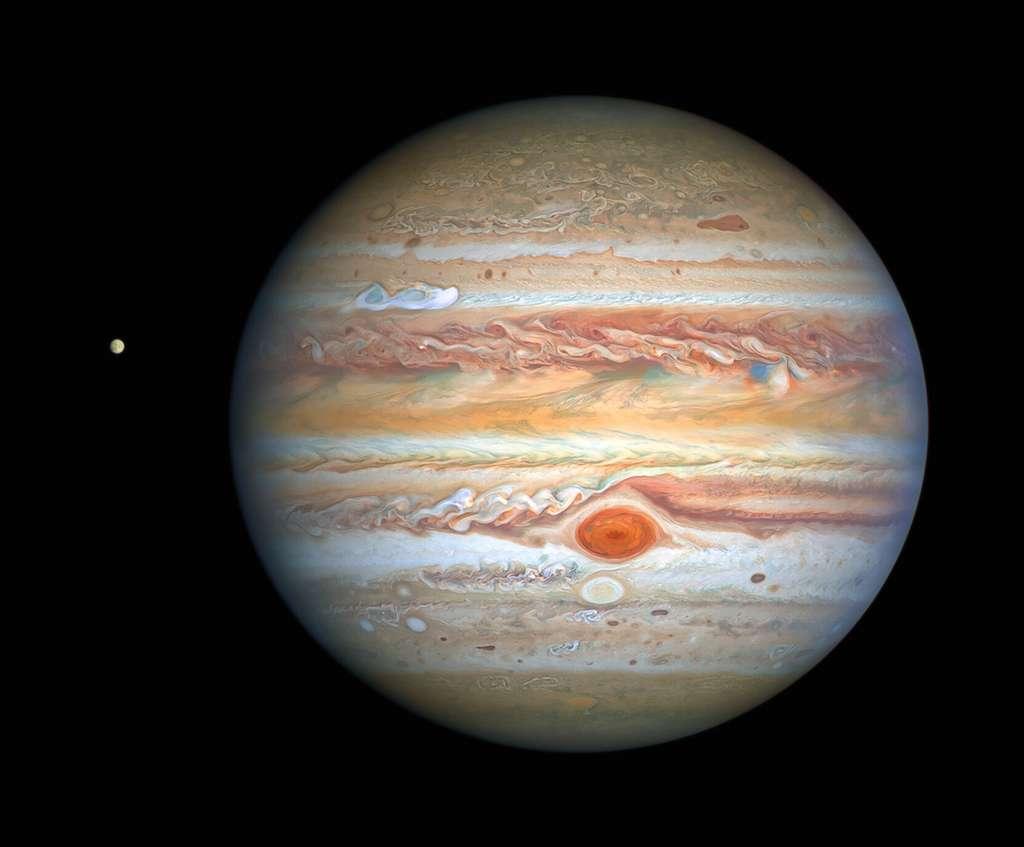 Cette dernière image de Jupiter, prise par le télescope spatial Hubble le 25 août 2020, a été capturée alors que la planète se trouvait à 653 millions de kilomètres de la Terre. La vue nette de Hubble donne aux chercheurs un rapport météo mis à jour sur l'atmosphère turbulente de la planète. Elle montre une nouvelle tempête remarquable et un cousin de la Grande tache rouge qui change de couleur – encore une fois. La nouvelle image présente également la lune glacée Europa de Jupiter. © Nasa, ESA, A. Simon (Goddard Space Flight Center), et M. H. Wong (université de Californie, Berkeley) et l'équipe Opal