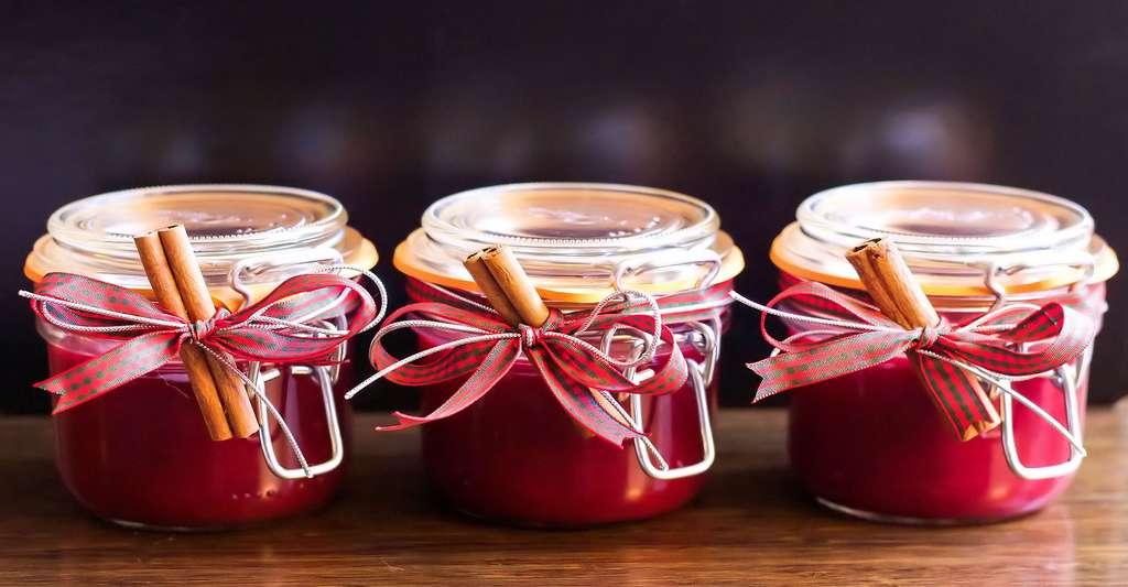 Ouvrir un bocal de confiture ou de conserve en verre © TesaPhotography - Domaine public