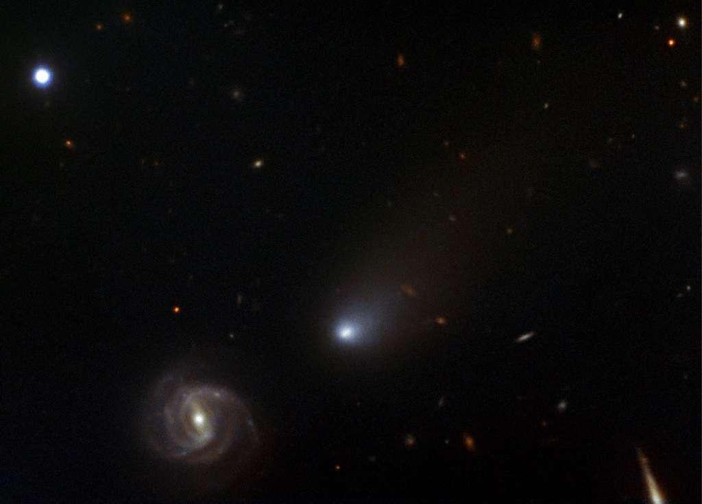 La comète interstellaire Borisov capturée par le spectrographe GMOS (Gemini Multi-Object Spectrograph) au Gemini North dans la nuit du 11 au 12 novembre 2019. À l'arrière-plan, la galaxie 2dFGRS TGN363Z174. © NSF's National Optical-Infrared Astronomy Research Laboratory, NSF, AURA, Gemini Observatory