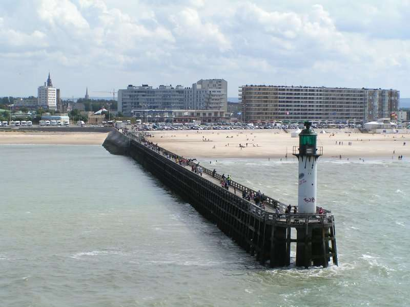 Vue de la jetée ouest de Calais (Pas-de-Calais), avec le phare sur le front de mer. © ChrisO, Wikimedia Commons, GNU 1.2