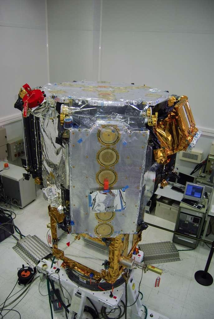 Le satellite Smos et son instrument Miras mesurant la salinité des océans et l'humidité des sols, est à l'origine d'un transfert de technologie pour des mesures terrestres à partir de drones. Il est ici photographié dans les locaux cannois de Thales Alenia Space. © Remy Decourt, Futura-Sciences