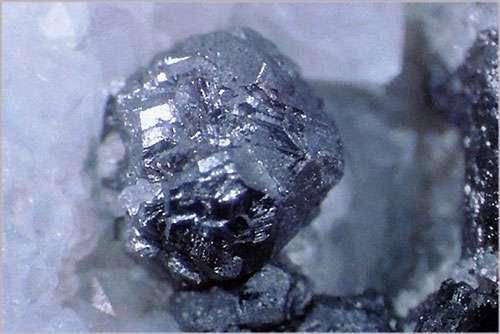 Du métacinabre, une espèce minérale de sulfure de mercure avec des traces de zinc, sélénium, cadmium et fer servant de minerai de mercure. © Lou Perfoff Webmineral, tous droits réservés