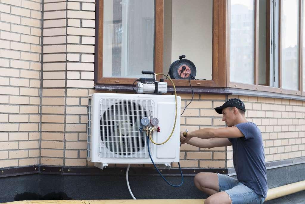 Installation d'une pompe à chaleur © kuchina, AdobeStock