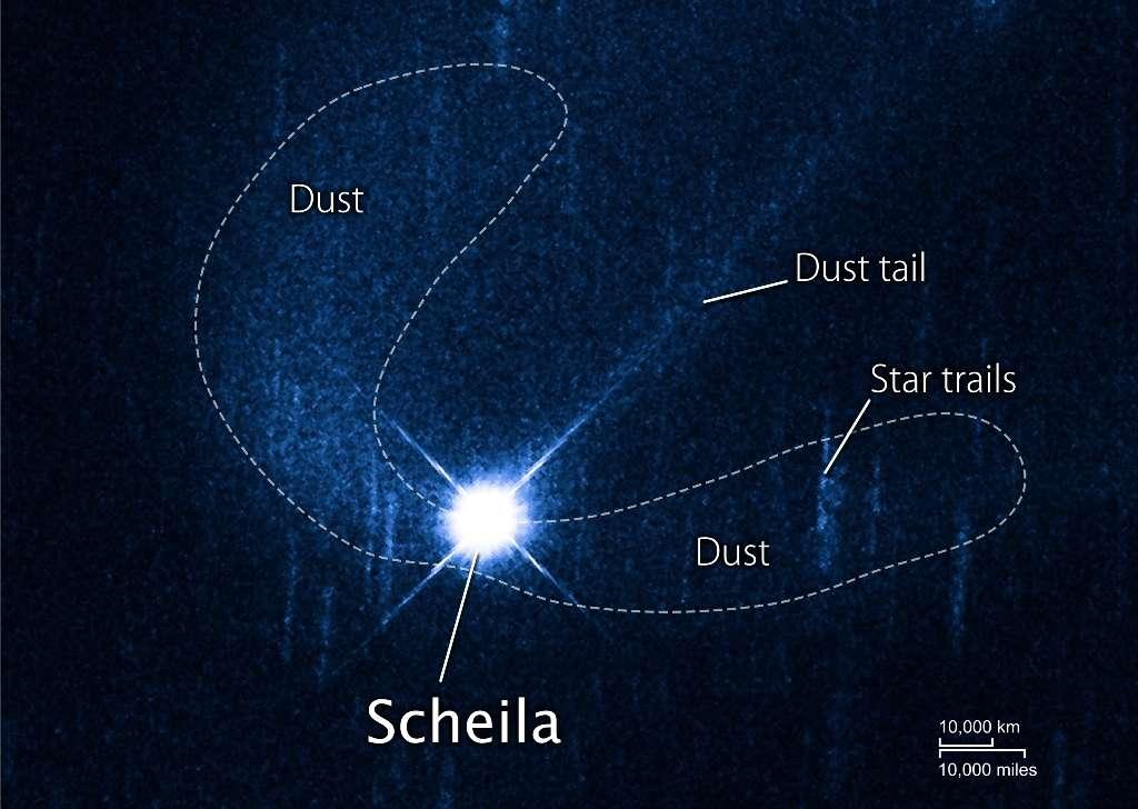 Les images de Hubble montrent les deux panaches de poussières (dust en anglais) avant qu'ils ne se dispersent. Les Star trails sur l'image sont juste les traces laissées par le mouvement apparent des étoiles. © Nasa/Esa/D. Jewitt (Ucla)