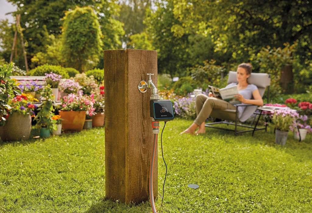 Simplement raccordé à un robinet extérieur, un programmateur d'arrosage automatique gère selon les plages d'utilisation programmées l'arrosage du jardin. © Gardena