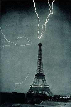 Eclair sur la tour Eiffel – © Wikipedia