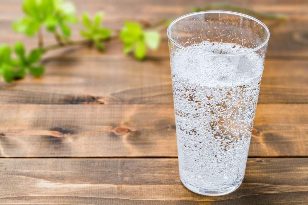 L'eau est le principal constituant de notre corps. Il apparait donc essentiel de l'hydrater régulièrement. Et en la matière, il semble préférable d'opter pour une eau plate. © sum41, Adobe Stock