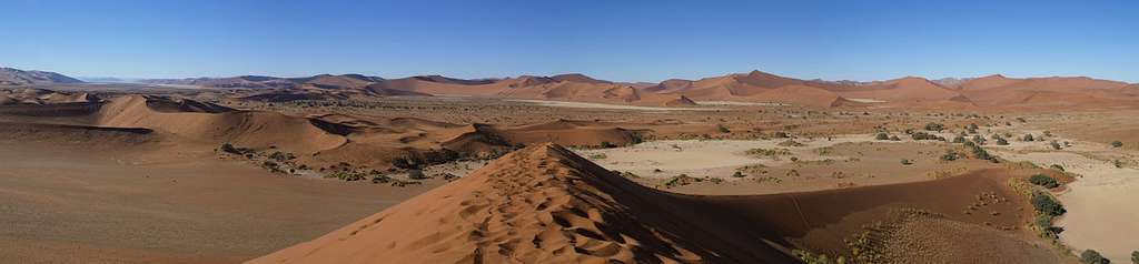 Vue panoramique des dunes de Sossusvlei dans le désert du Namib, en Namibie. © Hans Hillewaert, Wikimedia Commons, CC by-sa 3.0