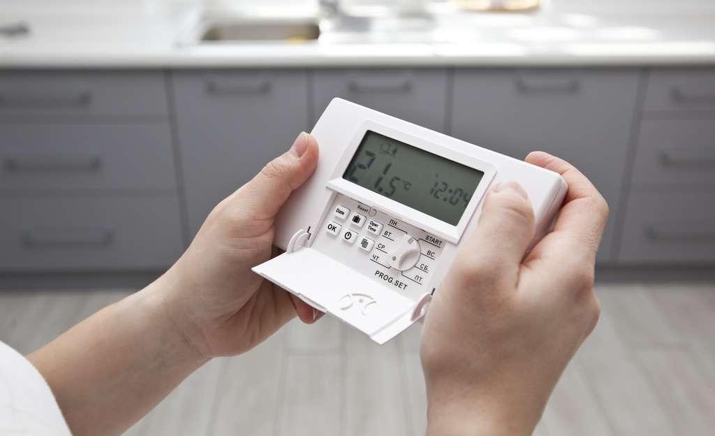 Installer un thermostat d'ambiance pour centraliser le réglage. © SkyLine, Adobe Stock