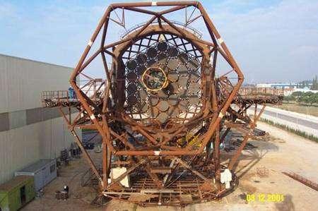 Armature du support du miroir principal en cours d'achèvement en 2001. Crédit GTC.