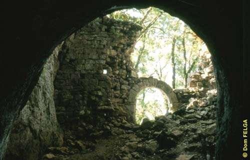 La grotte du Rouzet, datant du Paléolithique moyen, a été fortifiée au cours du Moyen-Âge pour servir d'abri aux paysans surpris par les incursions ennemies. © Photo Dominique Felga