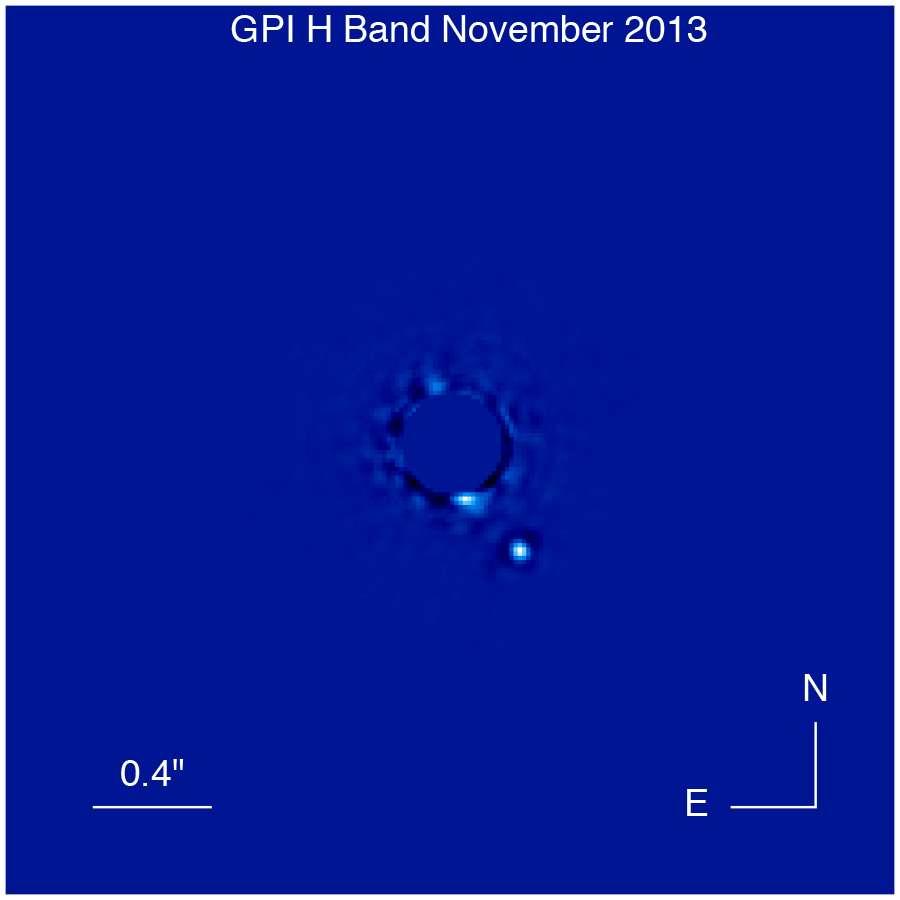 Cette image prise dans l'infrarouge a nécessité une exposition de seulement 900 secondes. Elle montre l'exoplanète Beta Pictoris b, une géante gazeuse de plusieurs fois la masse de Jupiter et dont l'âge est estimé à environ 10 millions d'années. L'instrument GPI obtient en outre des spectres pour chaque pixel de l'image, permettant aux scientifiques d'étudier la planète dans ses moindres détails. L'étoile brillante Beta Pictoris, le soleil de la planète géante, est cachée grâce à un masque au centre de l'image. Quelques artefacts de lumière diffuse (ou tavelures) sont visibles autour de l'étoile masquée (traitement d'image par Christian Marois, NRC Canada). © Université de Montréal