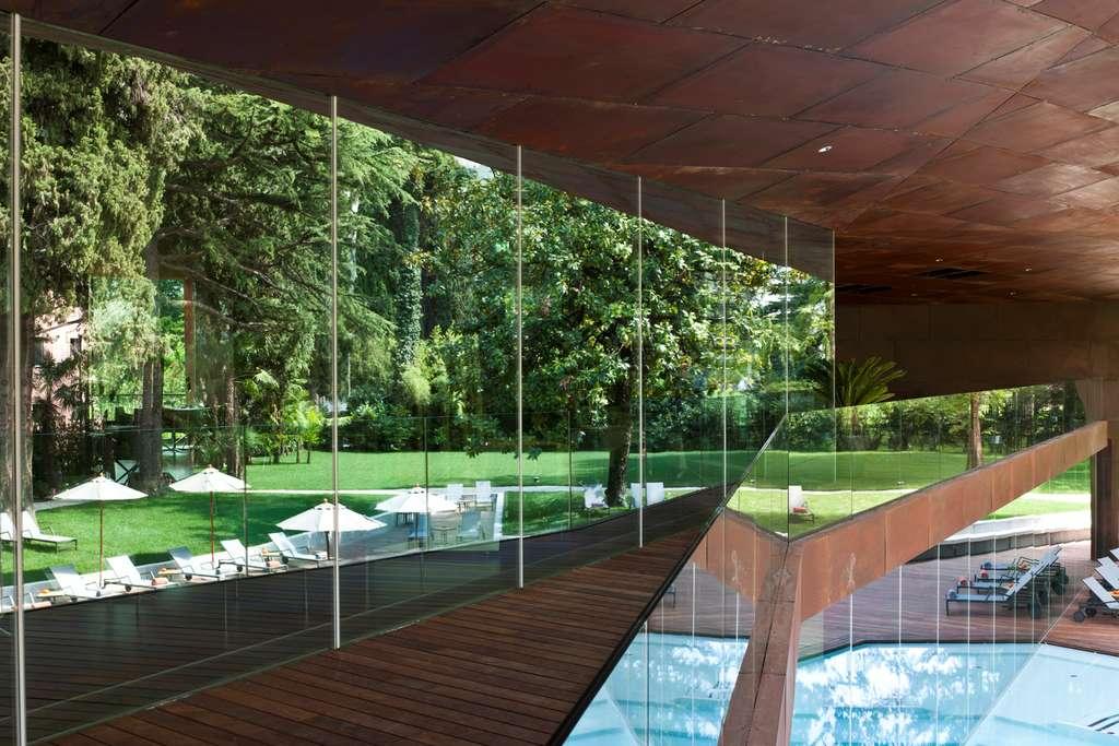 La piscine extérieure et le parc du Lido Palace