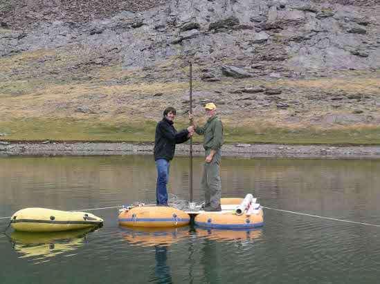 Une équipe de recherche espagnole a réalisé des carottages dans le lac Río Seco de la sierra Nevada, en Espagne. L'analyse géochimique des sédiments a fourni des informations sur l'évolution de la pollution atmosphérique dans la région, sur près de 10.000 ans d'histoire. © UGR