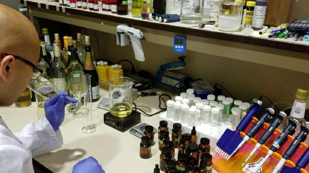 Tout comme avec Jésus, nul besoin de raisin pour changer l'eau en vin dans le laboratoire d'Ava Winery. © Ava