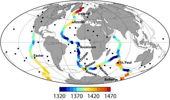 La vitesse des ondes sismiques dans le manteau permet de révéler des anomalies thermiques sous les dorsales océaniques. Cette carte montre des températures moyennes estimées vers 300 km de profondeur à l'aide des ondes sismiques. Les températures les plus chaudes, supérieures à 1.370 °C, sont clairement associées à des régions volcaniques émergées, comme l'Islande. © Brown University