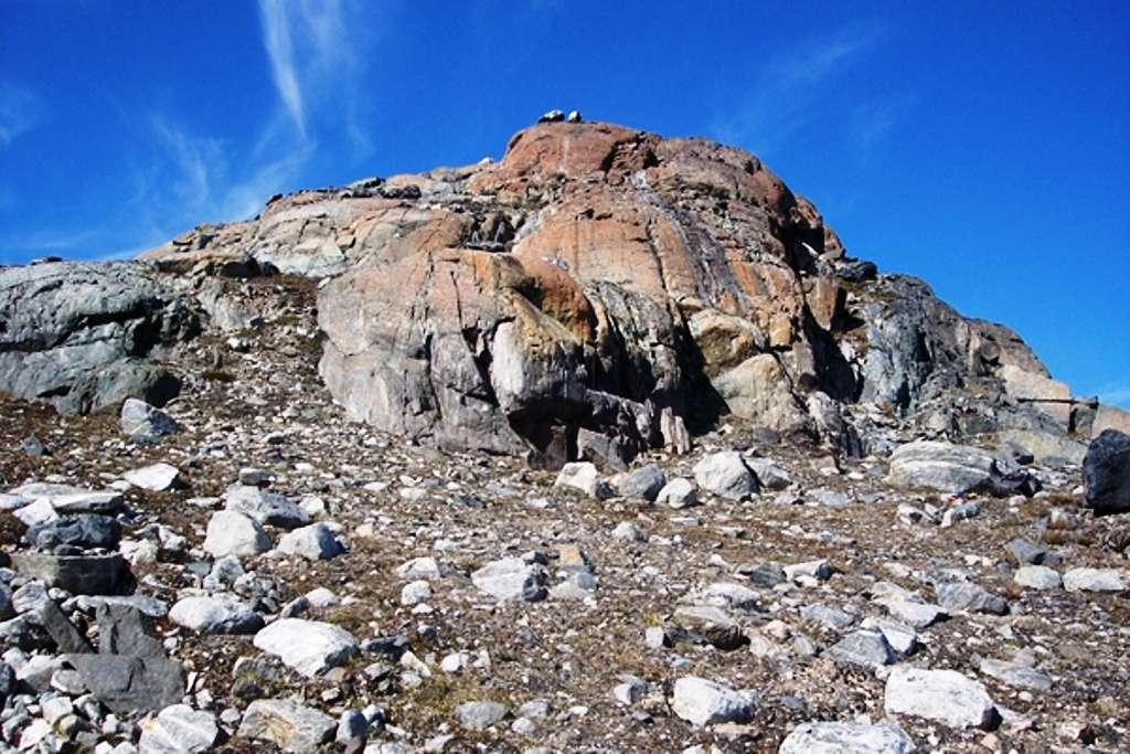 Un affleurement de serpentinite dans la région d'Isua (Groenland) où l'on trouve les plus vieilles roches du monde. © Stanford University