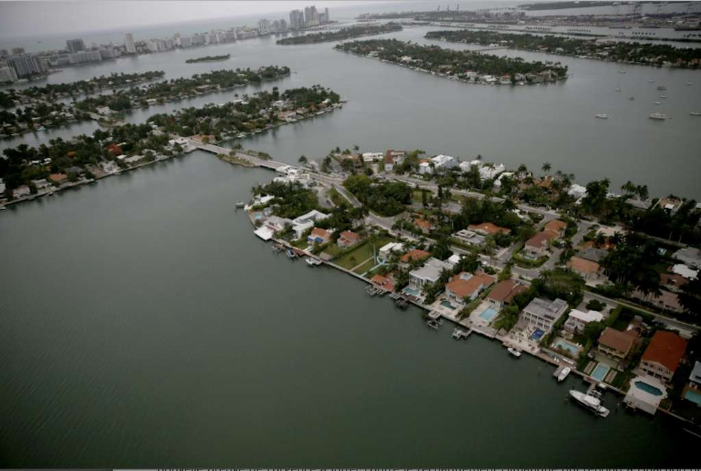 Des maisons d'un quartier de Miami tout au bord de l'océan sont menacées par la montée des eaux en raison du réchauffement climatique. © Joe Raedle, Getty Images North America/AFP/Archives