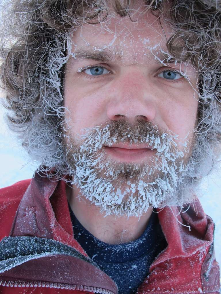 Après un effort physique, le givre s'installe dans la barbe et les cheveux.