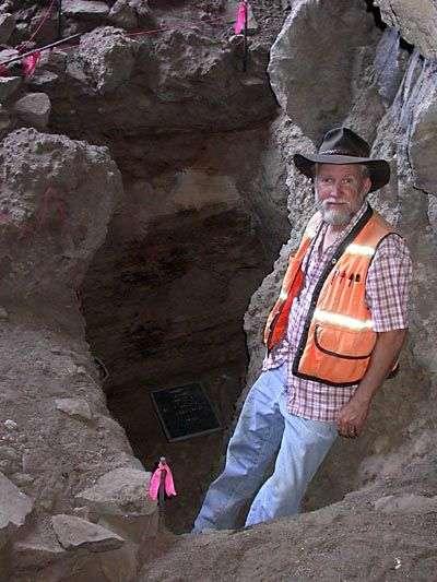 Le professeur Jenkins devant l'entrée d'une des cavernes. Crédit : University Oregon Anthropology Faculty