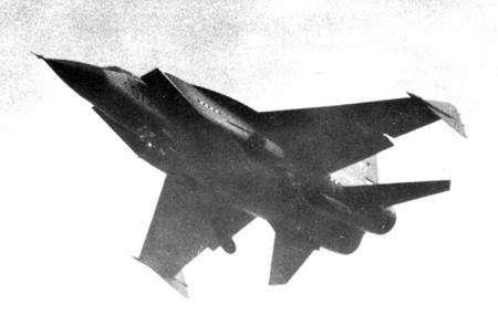 Mig 31 adapté au transport d'un missile anti-satellite. Il est reconnaissable aux dérives verticales ajoutées en bout de voilure.