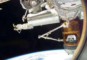 Lancé le 11 septembre 2009, le cargo spatial japonais HTV, évoluant en vol libre, a été saisi 6 jours plus tard par Canadarm2 avant d'être accroché à la Station. Cygnus sera saisi et amarré de la même façon. © Nasa