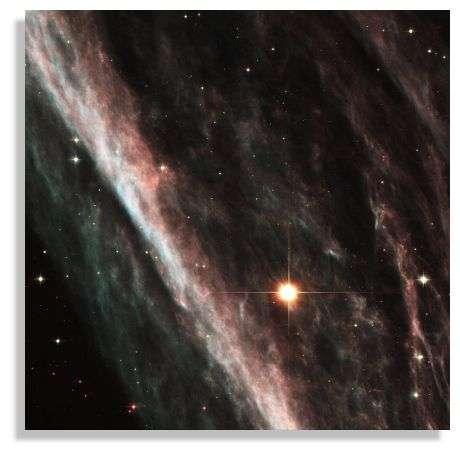 Zoom sur une onde de choc créée par l'interaction entre l'enveloppe en expansion d'une supernova et le gaz interstellaire au repos.