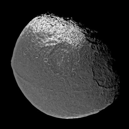 Premier survol rapproché de Iapetus