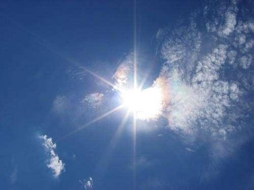 Un altocumulus iridescent, ce phénomène n'est pas lié aux nuages nacrés car ils sont associés à des phénomènes troposphériques - Crédits Thierry Lombry