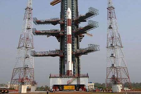 Le PSLV en position sur sa rampe d'approvisionnement. Crédit : ISRO