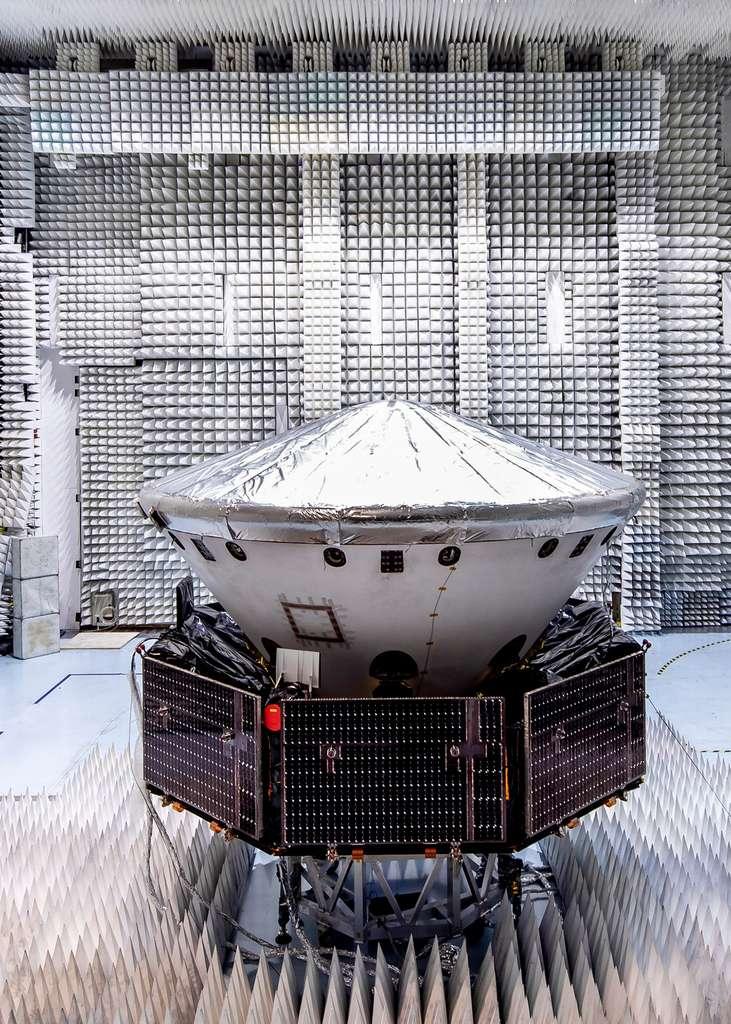 La sonde ExoMars 2020, lors d'essais dans une des chambres anéchoïques de l'usine cannoise de Thales Alenia Space. ExoMars 2020 est ici vu dans sa configuration de vol avec le module de transfert (le carrier, reconnaissable à ses panneaux solaires), le bouclier thermique (avec les cônes avant et arrière) à l'intérieur duquel se trouve la plateforme d'atterrissage Kazachok qui supporte le rover Rosalind Franklin (absent lors de cet essai). © Thales Alenia Space, Alizée Palomba