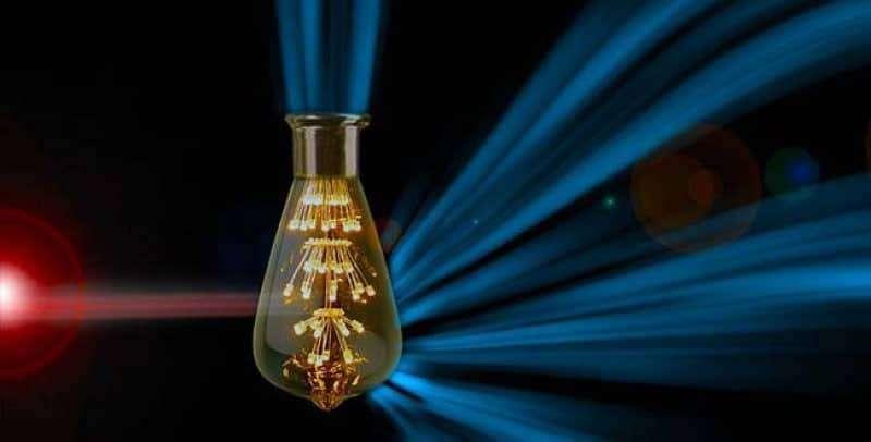 Imaginez des ampoules moléculaires alimentées par des photons infrarouges invisibles et qui génèreraient de la lumière visible. © Melissa Ann Ashley, université de Columbia