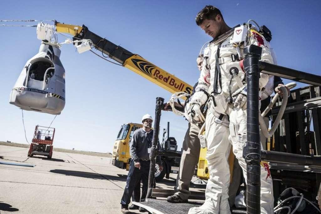 Hier, près de Roswell, Nouveau-Mexique, Felix Baumgartner se prépare. En arrière-plan, la capsule pressurisée qui sera accrochée à un ballon d'hélium. © Red Bull