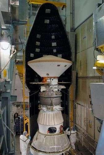 Installation de Phoenix dans la coiffe du lanceur Delta II. NASA.