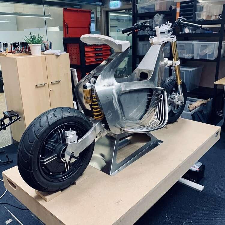 Le prototype du scooter en cours d'assemblage. © Stilride