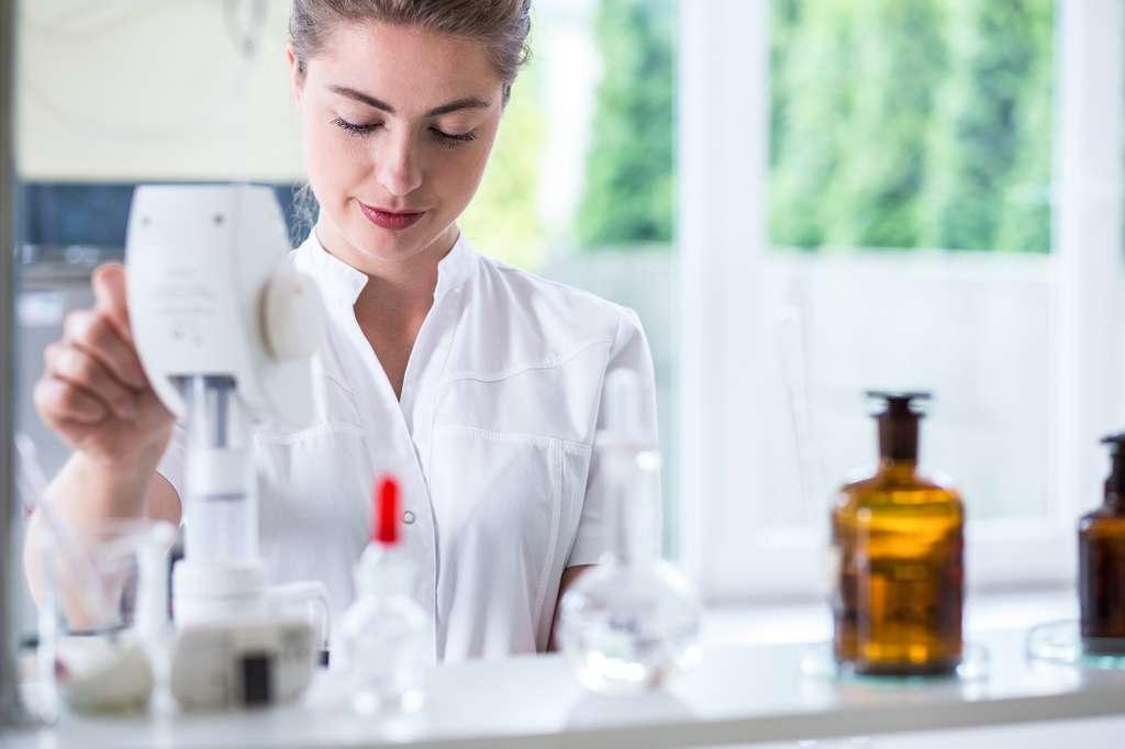 Le technicien de laboratoire est responsable de manipulations et d'analyses biologiques. © Potographee.eu, Fotolia.