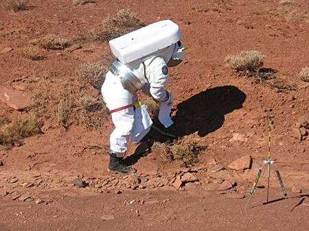 Simulation d'une collecte d'échantillons par un astronaute issu du véhicule. Crédit Nasa