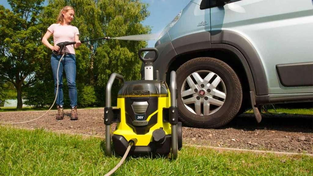 Les nettoyeurs HP sur batterie (au lithium) peuvent se brancher sur un robinet de puisage ou s'utiliser en toute mobilité avec un réservoir à eau indépendant. Les plus puissants ont une autonomie plafonnée à une vingtaine de minutes. © Ryobi