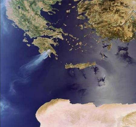Le 24 août 2007 Envisat a photographié la fumée se soulevant des feux faisant rage à travers la péninsule méridionale du Péloponèse, où au moins 60 personnes ont perdu la vie. Crédit ESA, instrument MERIS.