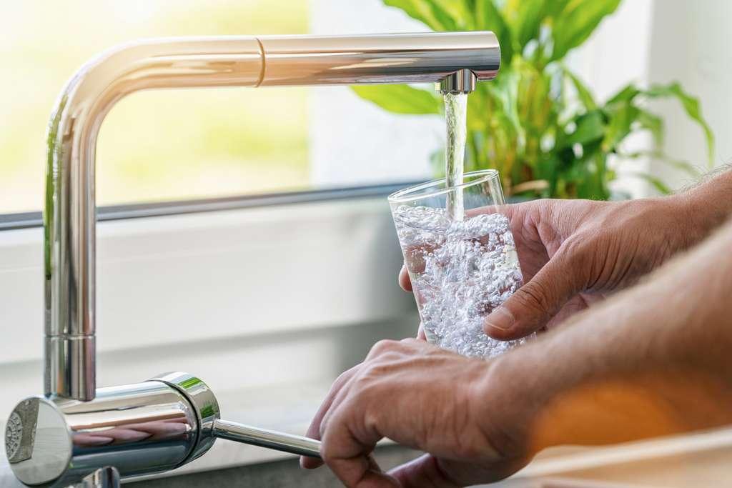 Pour être exposé à des radiations équivalentes à une radio du thorax, il faudrait boire plusieurs dizaines de litres d'une eau du robinet à quelque 300 Bq/L de tritium par jour pendant un an. © rcfotostock, Fotolia