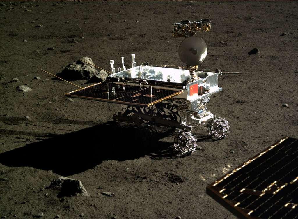 Le rover de la mission Chang'e 4 ressemblera à Yutu, celui de la mission Chang'e 3, qui, en décembre 2013, avait atterri sur la Lune. Ce dernier avait été construit en double au cas où l'atterrissage n'aurait pas été un succès. © CNSA