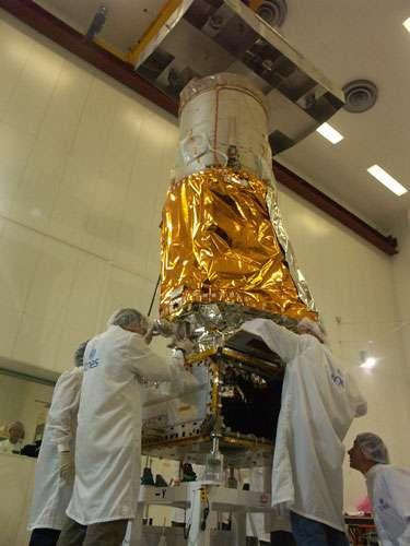 Le satellite COROT, au cours de son assemblage final et des nombreuses vérifications d'avant lancement. © CNES