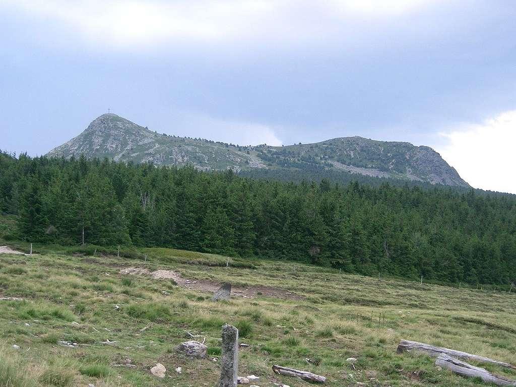 Le mont Mézenc, sa croix et ses deux sommets (1.753 m au sud, 1.749 m au nord). © PRA, cc by nc 3.0