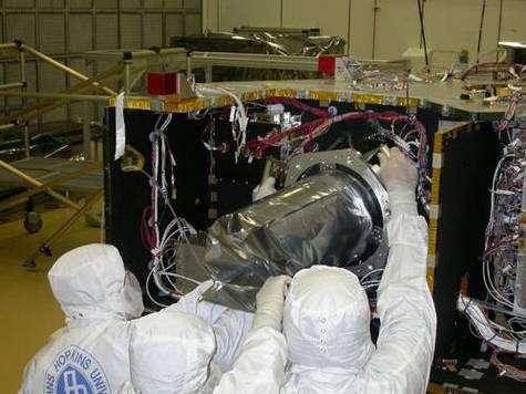 Installation de l'instrument Lorri sur New Horizons. Crédit NASA.